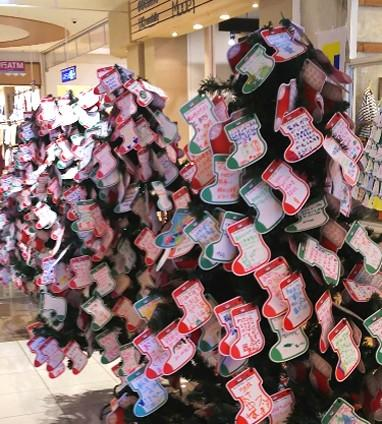 53618e2ab5 一見たくさんのオーナメントが飾られたツリーという雰囲気ですが、オーナメントのひとつひとつが「サンタクロースにお願いしたいプレゼント」が書かれたカード七夕の  ...